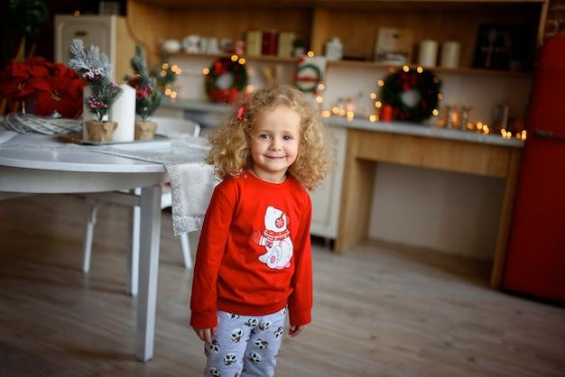 Portret van een klein mooi meisje met krullend haar