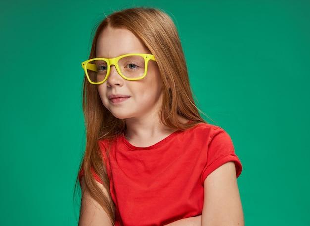 Portret van een klein roodharig meisje
