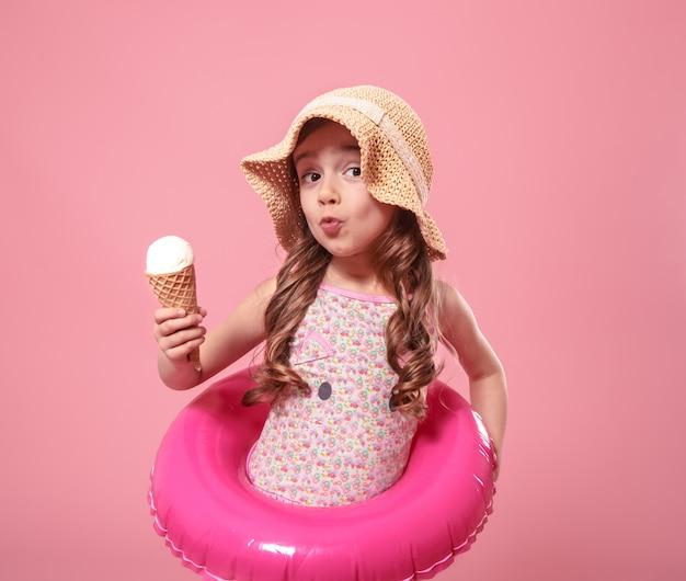 Portret van een klein vrolijk meisje met ijs