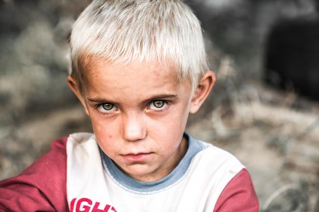 Portret van een kleine dakloze jongen