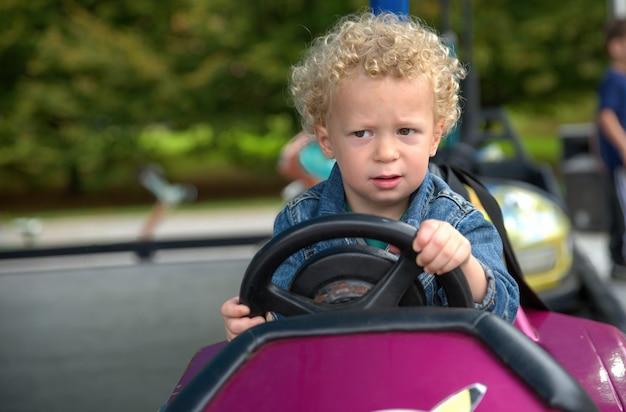 Portret van een kleine jongen in een draaimolen