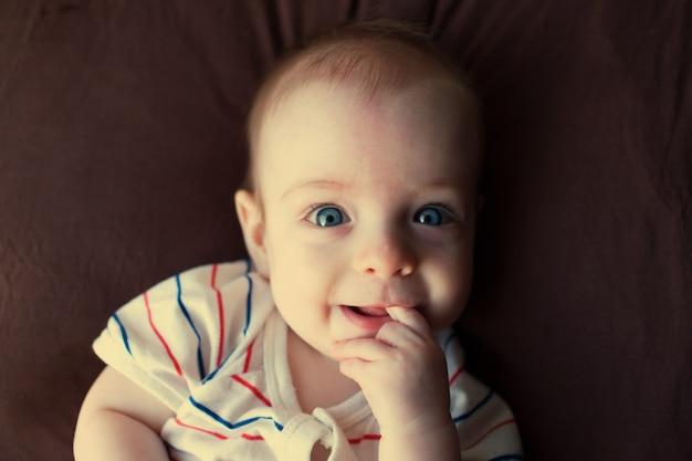 Portret van een kleine jongen met blauwe ogen.