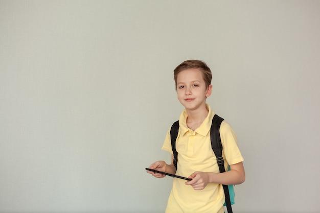 Portret van een kleine jongen met een rugzak