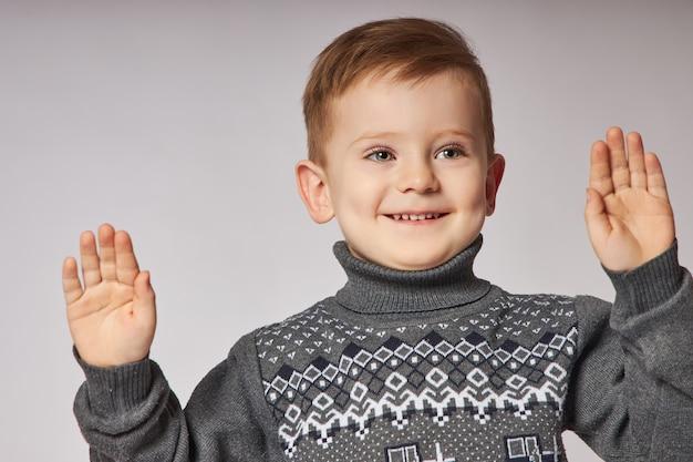 Portret van een kleine lachende jongen. blije emoties