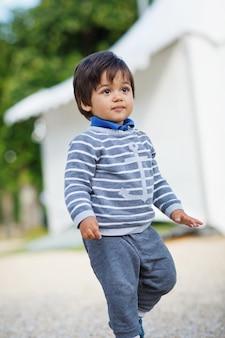 Portret van een kleine oostelijke knappe babyjongen buiten spelen in het park. arabische kinderpret op straat.