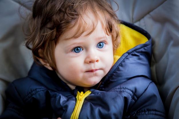 Portret van een kleine schattige jongen in jas