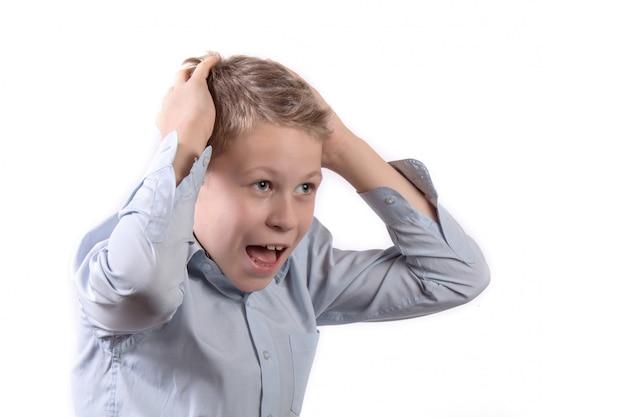 Portret van een kleine schreeuwende schooljongen op wit wordt geïsoleerd