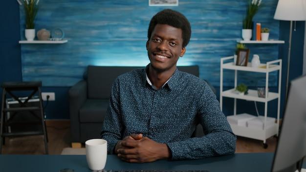 Portret van een knappe afro-amerikaanse man die in de camera kijkt