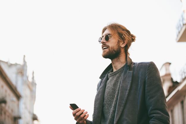 Portret van een knappe bebaarde man in oortelefoons