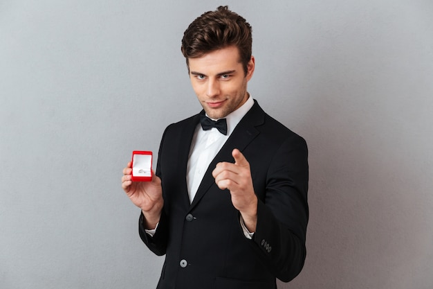 Portret van een knappe charmante man