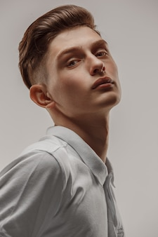 Portret van een knappe jonge man close-up