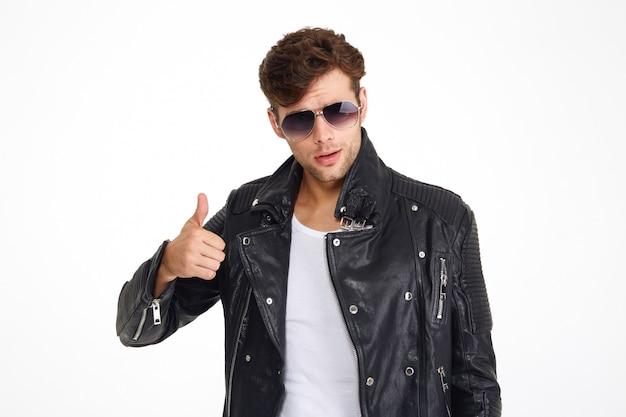 Portret van een knappe jonge man in een leren jas