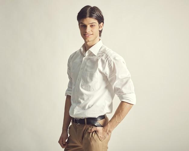 Portret van een knappe jonge zakenman