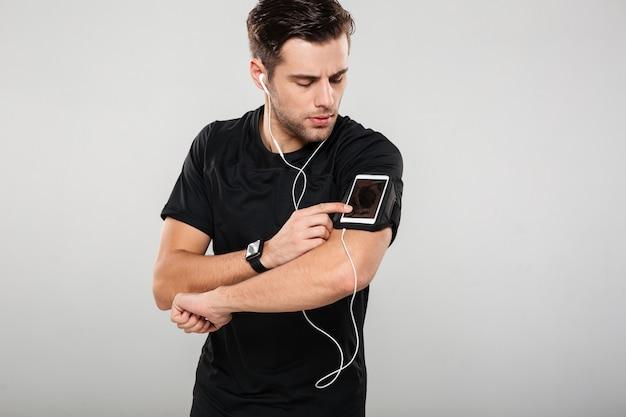 Portret van een knappe jongeman atleet in koptelefoon