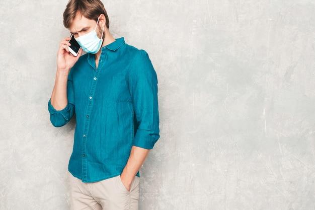 Portret van een knappe lachende hipster lumbersexual zakenman model dragen casual jeans shirt kleding.