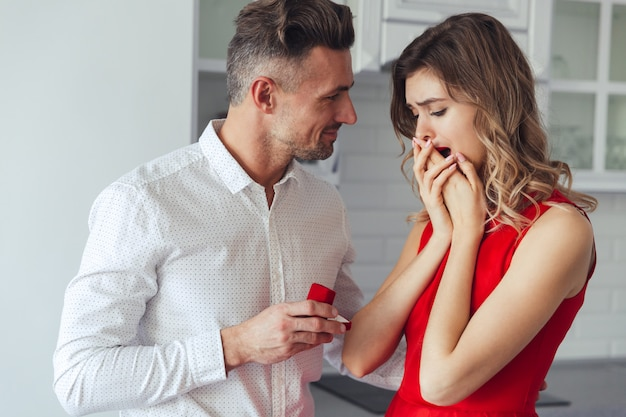 Portret van een knappe man die zijn vriendin voorstelt