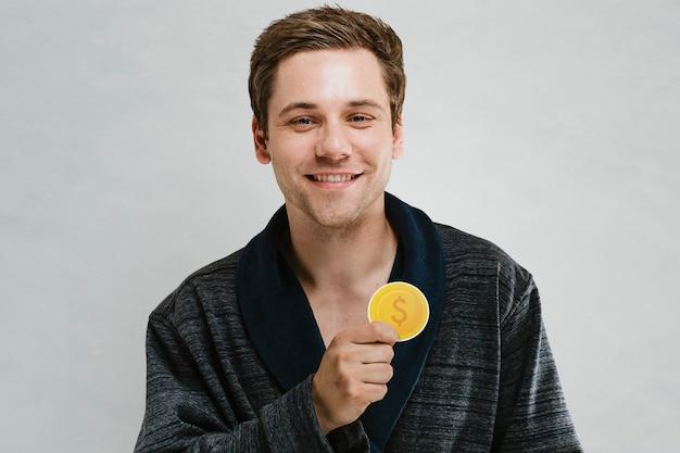 Portret van een knappe man in een donker touw met een muntpictogram