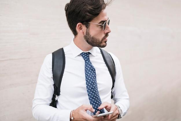 Portret van een knappe man met smartphone