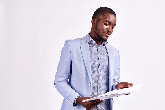 Portret van een knappe man van afrikaanse uitstraling in een pak op een licht bijgesneden weergave close-up model