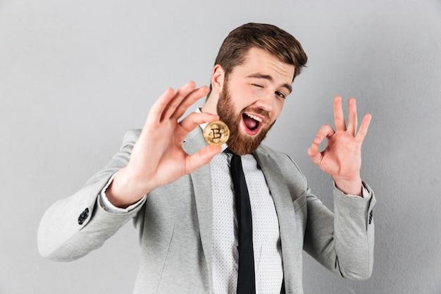 Portret van een knappe zakenman gekleed in pak