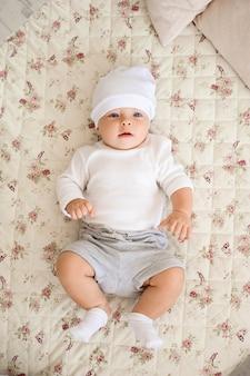 Portret van een kruipende baby op het bed in haar kamer