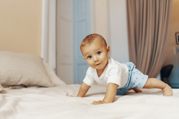 Portret van een kruipende baby op het bed