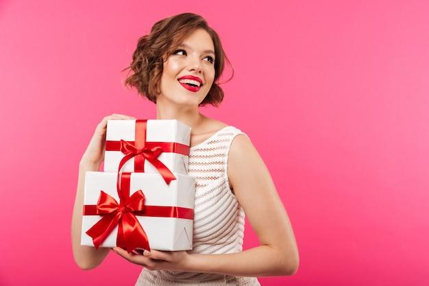 Portret van een lachend meisje gekleed in kleding