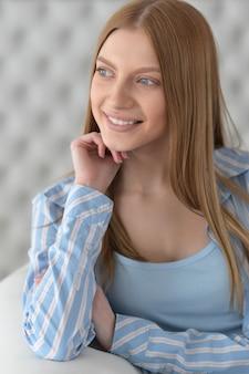 Portret van een lachend mooi meisje met blond haar