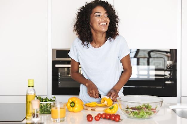 Portret van een lachende afro-amerikaanse vrouw