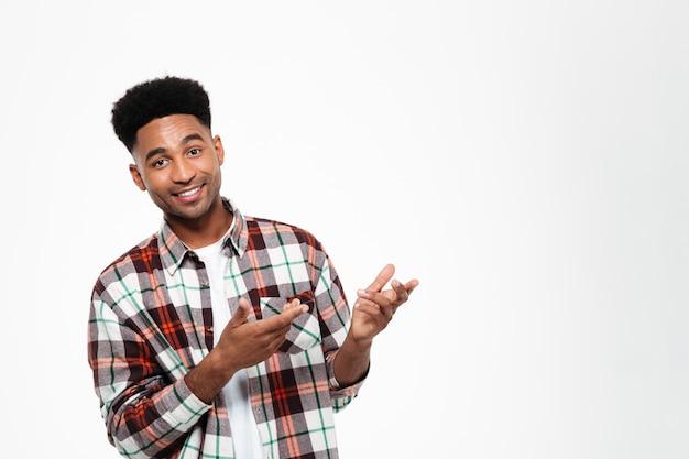 Portret van een lachende jonge afrikaanse man