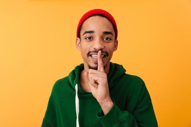 Portret van een lachende jonge afro-amerikaanse man in hoed
