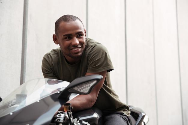 Portret van een lachende jonge afro-amerikaanse man
