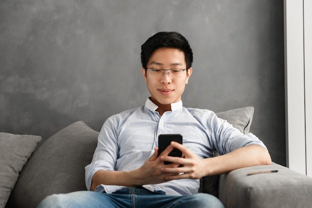 Portret van een lachende jonge aziatische man