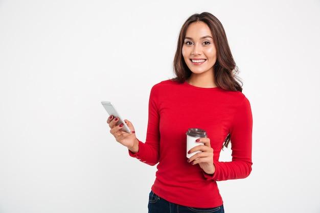 Portret van een lachende jonge aziatische vrouw
