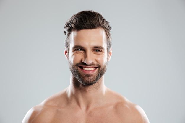 Portret van een lachende jonge bebaarde man