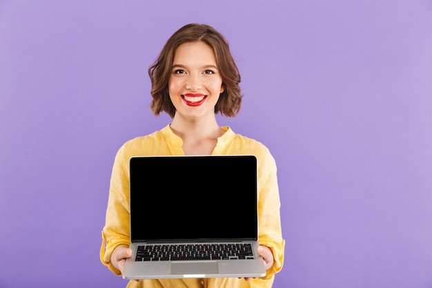 Portret van een lachende jonge vrouw