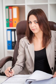 Portret van een lachende professionele zakenvrouw