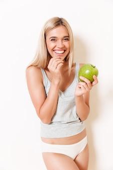 Portret van een lachende schattig meisje in ondergoed
