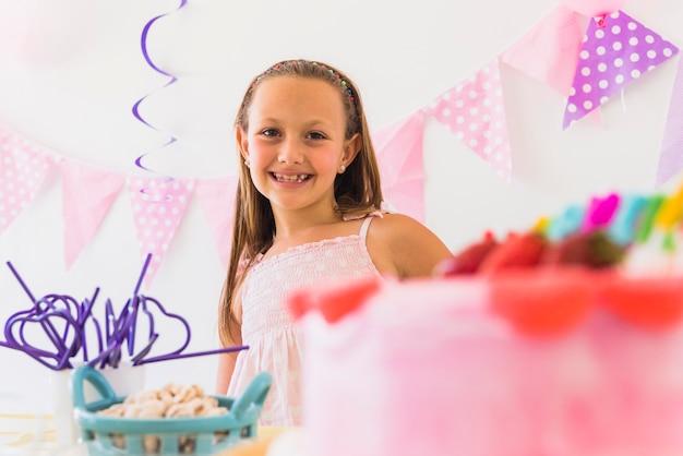 Portret van een lachende schattig meisje in verjaardagsfeestje