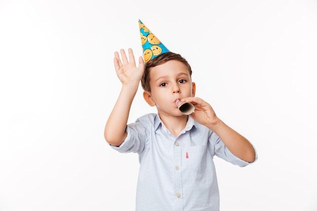Portret van een lachende schattige kleine jongen in een verjaardag hoed
