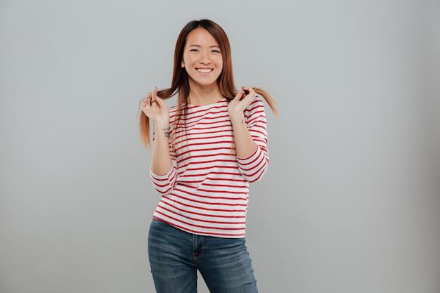 Portret van een lachende vrolijke aziatische vrouw
