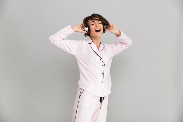 Portret van een lachende vrolijke vrouw in pyjama