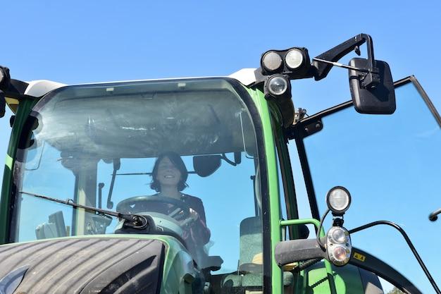 Portret van een landbouwersvrouw en een tractor