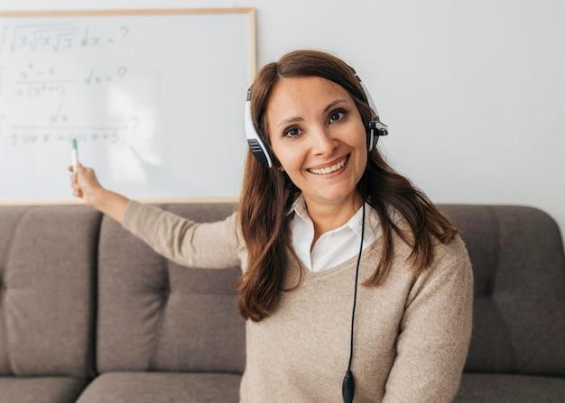 Portret van een leraar die online les geeft