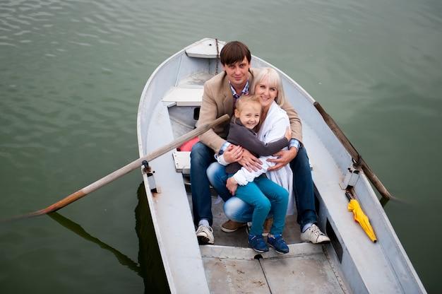 Portret van een leuke familie op de boot.
