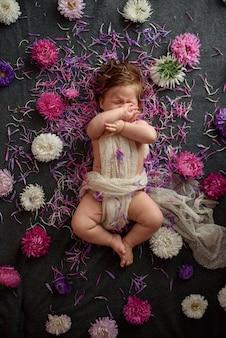 Portret van een lief klein babymeisje met een krans van bloemen