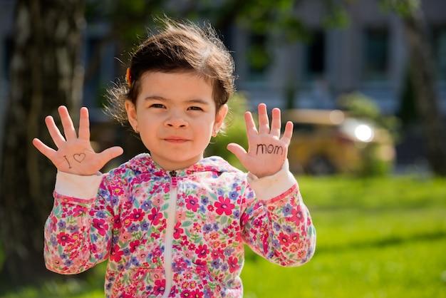 Portret van een lief meisje dat op mijn handpalmen
