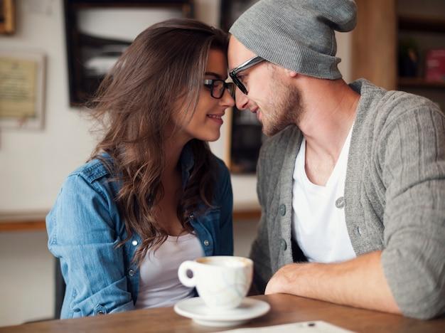Portret van een liefdevol paar in café