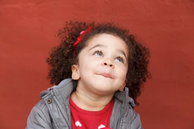 Portret van een lieve kleine afro-amerikaanse jongen