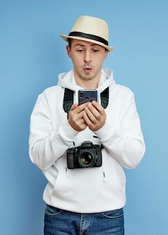 Portret van een man-blogger met een telefoon in zijn hand die communiceert op een smartphone, videogesprek